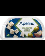 Apetina 100/60g Vihreitä oliiveja, valkosipulia ja välimerellisiä juustokuutioita öljyssä snack.