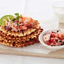 Parmesaanivohvelit ja lohi-katkarapusalaatti