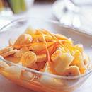 Keltaisia hedelmiä vaniljaisessa appelsiinikastikkeessa