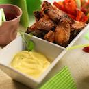 Paistettuja broilerin hunajasiipiä, banaani-dippikastiketta ja dippi vihanneksia