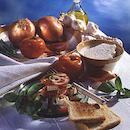 Tomaatti-juustosalaatti ja valkosipulileivät