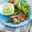 Lehtipihvit, salaattia ja avokadokastike