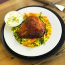 Kananpojan uunipaloja vihannesriisin ja lime-jugurttidipin kera