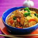 Nasi goreng eli paistettua riisiä ja kanaa