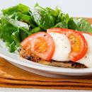 Mozzarellajuustolla kuorrutettua possua ja raikasta salaattia