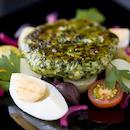 Feta-pinaatti-kanapihvit, munasalaattia ja vinaigrettea