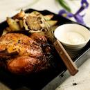 Paahdettua kananpoikaa, timjamilla maustettuja lohkoperunoita ja valkosipulidippiä