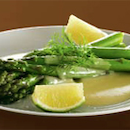 Vihreä parsaa hollandaisekastikkeen kanssa