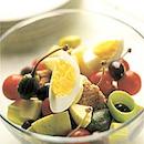 Salaatti munasta ja tonnikalasta
