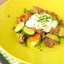 Paahdettua jauhelihaa, vihanneksia ja fetakermaviiliä