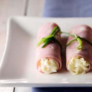 Salaatilla täytetyt kinkkurullat