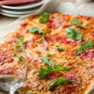 Kinkku-rucolapizza
