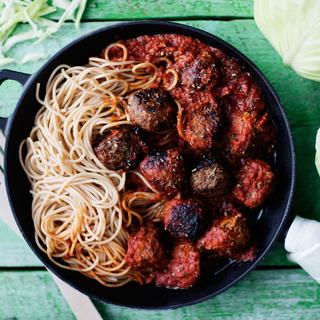Kaali-lihapullat ja nopea tomaattikastike