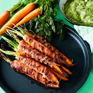 Pekoni-porkkanat ja naattidippi