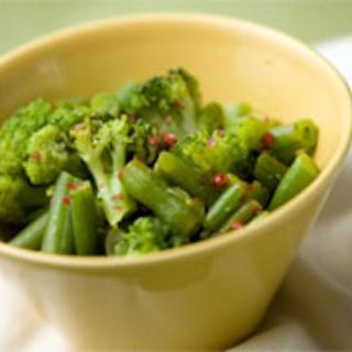Marinoitu papu-parsakaalisalaatti