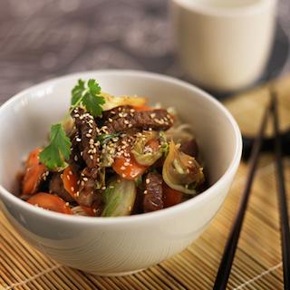 Teriyaki-härkää ja seesamilla maustettuja vihannes nuudeleita