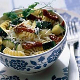 Kesäkurpitsa-tomaattipasta