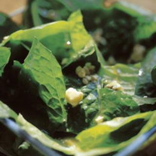 Salaattia ja sinihomejuustokastiketta