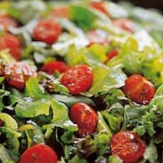 Vihreää salaattia ja makeita tomaatteja