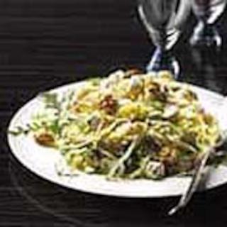 Pähkinäinen rucola-sellerisalaatti