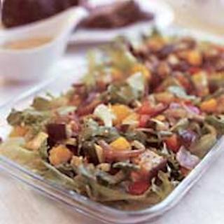 Salaattia ja paahdettuja kasviksia