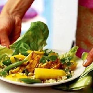 Kuskus-salaatti ja grillattu broileri