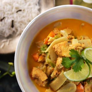 Thaimaalaista kanaa ja vihanneksia sekä neilikkariisiä