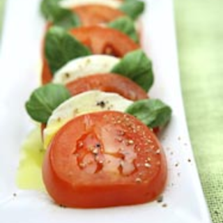 Tomaatti- mozzarellasalaatti