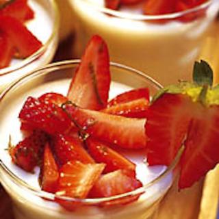 Jogurttipannacotta ja marinoituja mansikoita