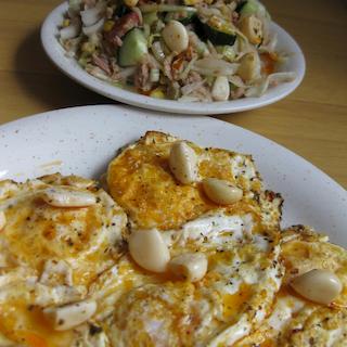 Tonnikalasalaattia ja paistettuja munia