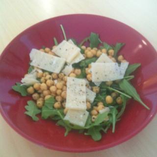 Kikherne-rucolasalaatti