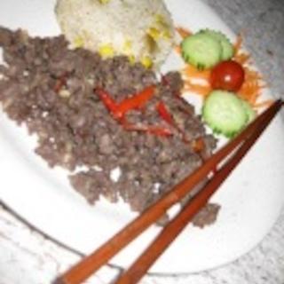 Jauhelihaa riisin kera