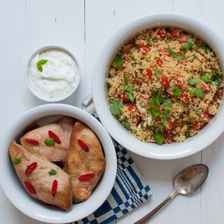 Soija-hunajamarinoitu broileri, tomaatti-couscous ja jugurttikastike